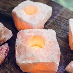 Portavelas de cuarzo rosa con vela encendida